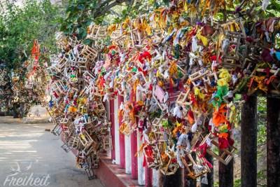 Rund um den Tempel sind die Zäune und Bäume mit diesen Holzgestellen behangen