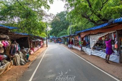 Die Straße zum Hindutempel ist voller Souvenierläden. Noch ist es früh am morgen, aber bald wird hier viel los sein.