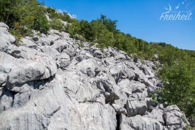 Abgekommen vom Weg - nun heißt es querfeldein über scharfkantige Felsbrocken und Weg suchen
