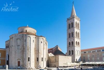 Links die römisch-katholische Kirche Sv. Donat aus dem 9. Jahrhundert