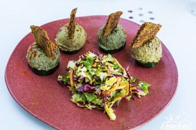 Zwei verschiedene Pesto mit Leinsamencracker und Salat