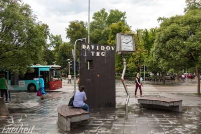 Die Uhr erinnert an das schwere Erdbeben von 1969 das große Teile der Stadt zerstörte. Die Uhr blieb um 9.11 Uhr stehen.