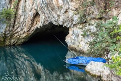Karstquelle - Touristen können sich mit einem Boot direkt in die Höhle paddeln lassen