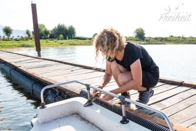 Knoten lösen und die vielen Spinnennetze vom Boot entfernen