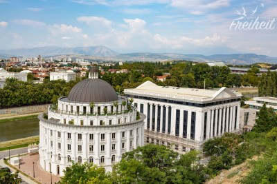In dem runden Gebäude sitzt die mazedonische Zollbehörde