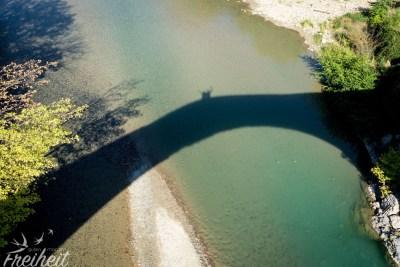 Schattenspiele auf der Brücke