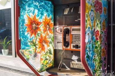 Kunstvoll bemalte Telefonzelle