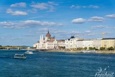Die Donau trennt die Stadt in die Stadtteile Buda und Pest