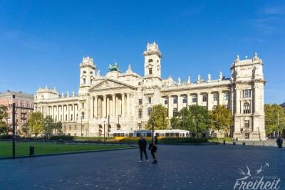 Gegenüber vom Parlament liegt das Ethnografische Museum