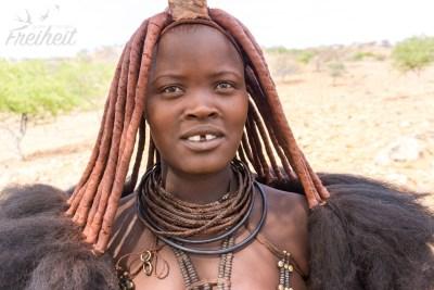 Traditionell gekleidete Himba Frau