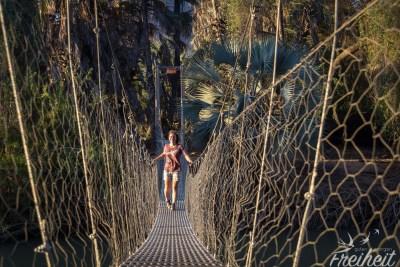 Hängebrücke zu einer Insel im Fluss