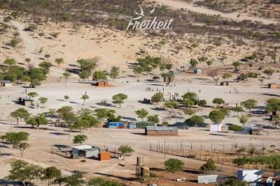 Blick auf die Ortschaft Epupa - es ist Sonntag und somit Fußballzeit!