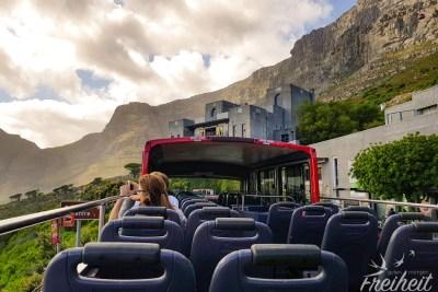 Vor uns der Tafelberg und die Talstation der Bergbahn