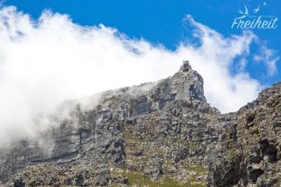Die Wolken peitschen wieder über die Bergstation des Tafelbergs