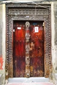 Eine von vielen hübsch geschnitzten Holztüren