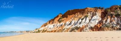 Der Falésia Strand ist mit seinen roten Felsen unverkennbar
