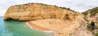 Der Carvalho Strand ist eingekesselt von hohen Klippen und kann sowohl über Treppen als auch über einen Zugangsloch durch die Felsen betreten werden