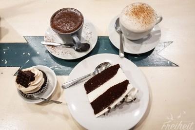 """Leckerer """"thick kakao"""" für Nadine und einen Kaffee für Carsten. Und Kuchen für beide :D"""