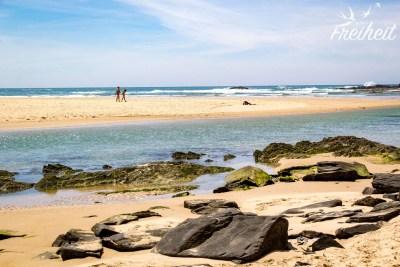 Praia de Odeceixe: im Vordergrund der Fluss, im Hintergrund das Meer