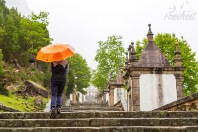 Der Weg hinauf führt über eine gewaltige Treppenanlage mit 20 kleinen Kapellen, in denen Szenen aus dem Leben Jesu dargestellt sind.