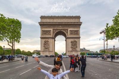 Posieren vor dem Arc de Triomphe auf einer Verkehrsinsel während einer Rotphase ;-)