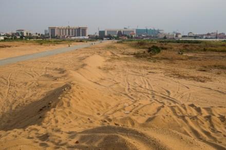 Die Wüste. Im Hintergrund der Regierungssitz.
