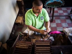 Juan dreht eine Zigarre