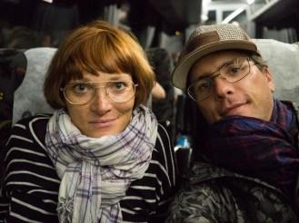 Glückliche Reisende im Nachtbus