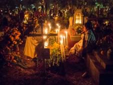 Die Toten kehren zurück am Dia de los Muertos - deshalb warten die Angehörigen auf dem Friedhof.
