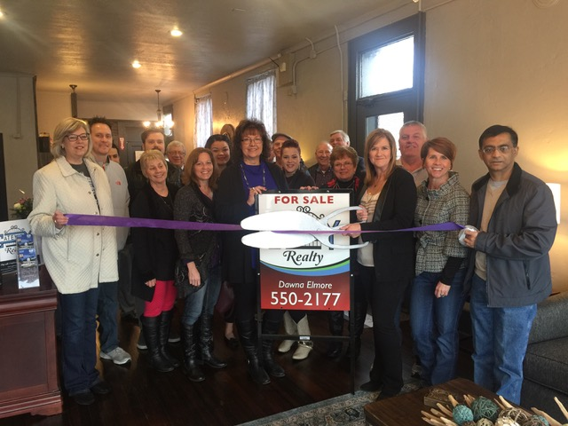 Gateway Realty cuts the Chamber ribbon