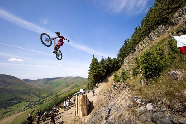 Ridiculous downhill mountain biking from Red Bull Hardline 2021…