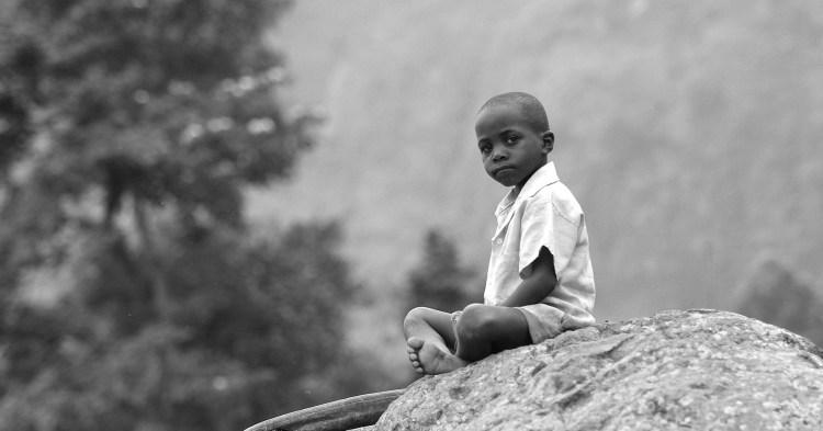 photo-noir-blanc-enfant-africain-assis