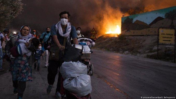 Des migrants fuient l'incendie du camp de Moria, en Grèce, en septembre 2020. Crédit : Reuters