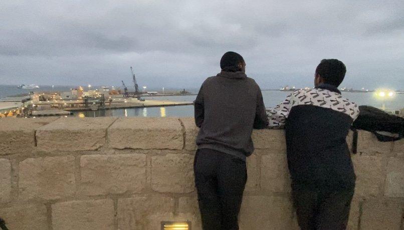 Hassan à droite et son ami Rachid passent de longues heures à regarder les ferries du port de Melilla. Leur rêve : réussir à grimper dans l'un d'eux et rejoindre le continent européen. Crédit : InfoMigrants