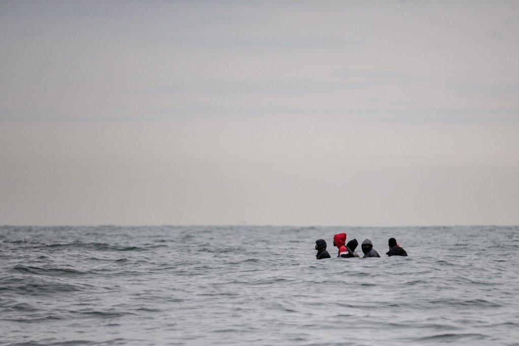 Les migrants traversent la Manche à bord de canots pneumatiques, de paddles, de kayaks, voire de gilets de sauvetage. Crédit : France 24