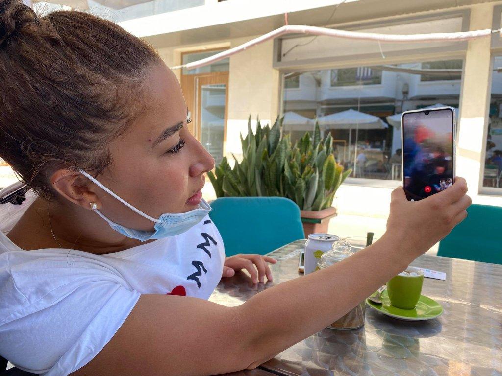 Sarah discute en visio avec son frère retenu au port d'Arguineguin. Crédit : InfoMigrants