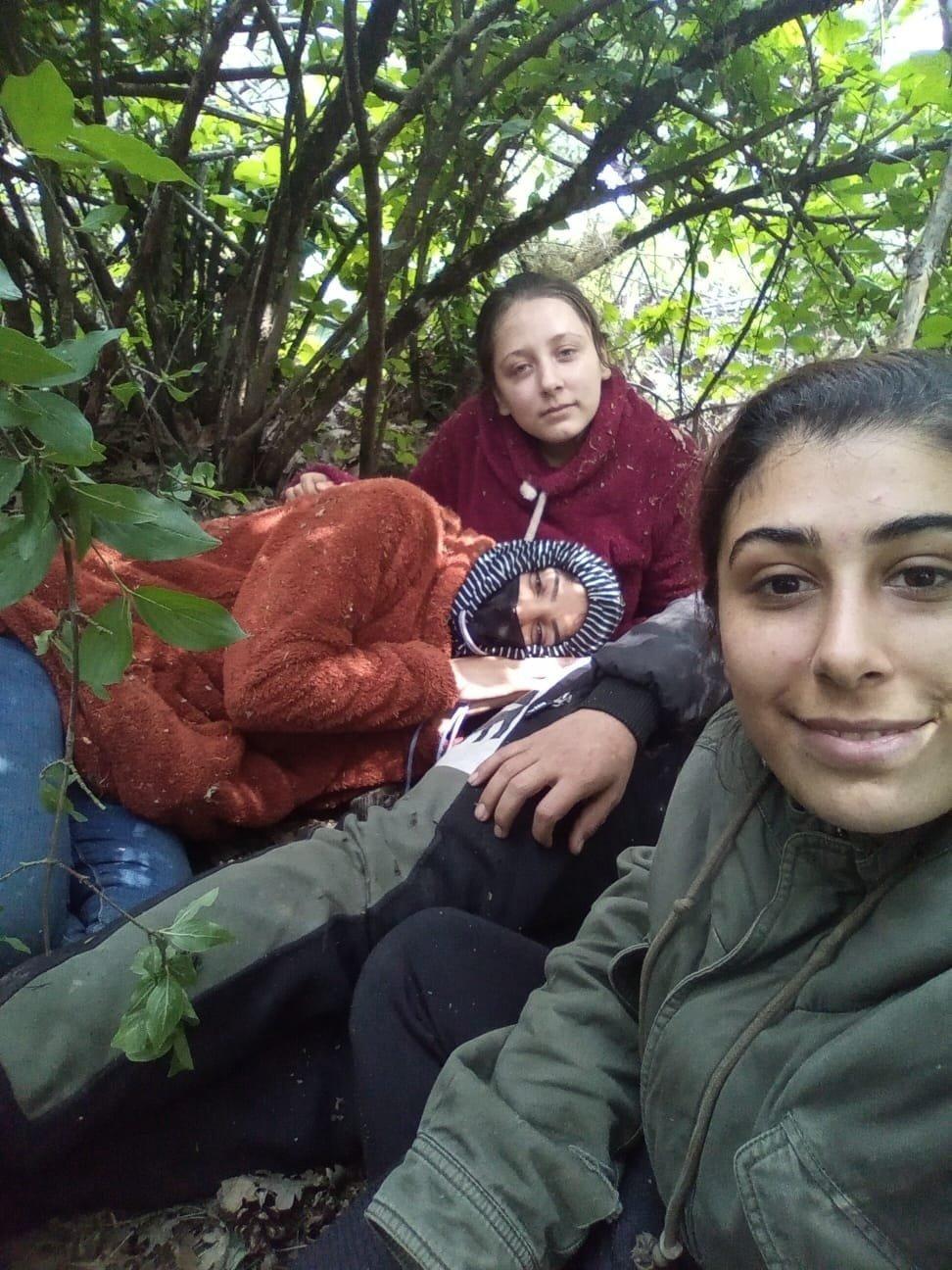 صورة الشقيقتين نودم وايه خلال رحلتهما وسط غابة بين تركيا وبلغاريا رفقة شابة أخرى تسعى للوصول إلى ألمانيا