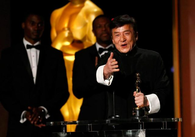tor Jackie Chan is congratulated by fellow actor Sylvester Stallone (R) after accepting his Honorary Award at the 8th Annual Governors Awards in Los Angeles, California, US, November 12, 2016. [Photo/Agencies]