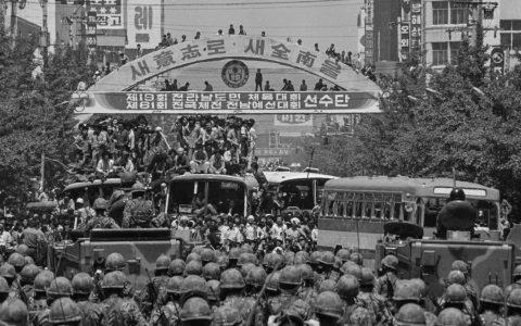 Bürger strömten auf die Straße und kamen auf dem Geumnan-Platz vor dem Gwangju Regierungsgebäude zusammen. Dort warteten die Streitkräfte der Militärregierung auf sie.