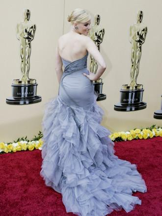 8.-elisabeth-banks-wear-a-versace-gown