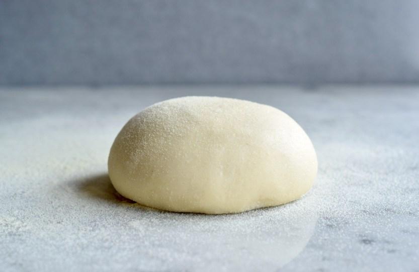 Klassiek Pizzadeeg (basisrecept) - Gwenn's Bakery