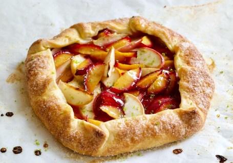 Galette met perzik en pruimen - Gwenn's Bakery
