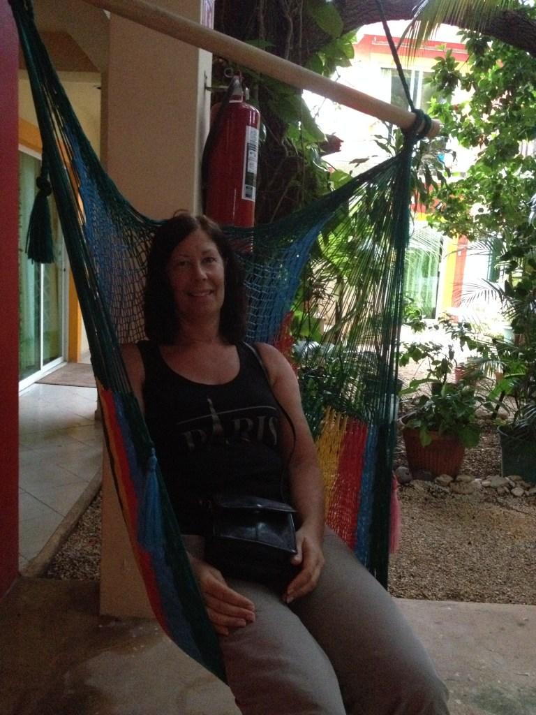 sitter i en hängstol