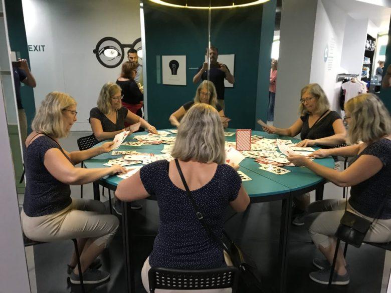 Eva Gyllin spelar poker med sig själv