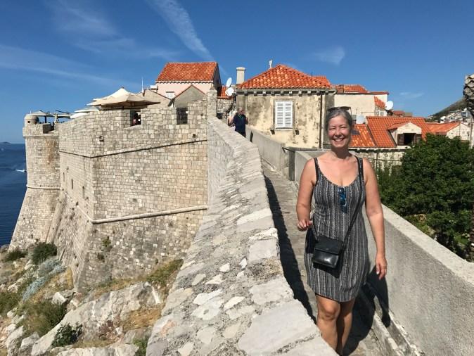 Eva Gyllin på muren i Dubrovnik