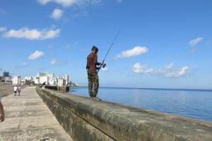 fiskare längs strandpromenade
