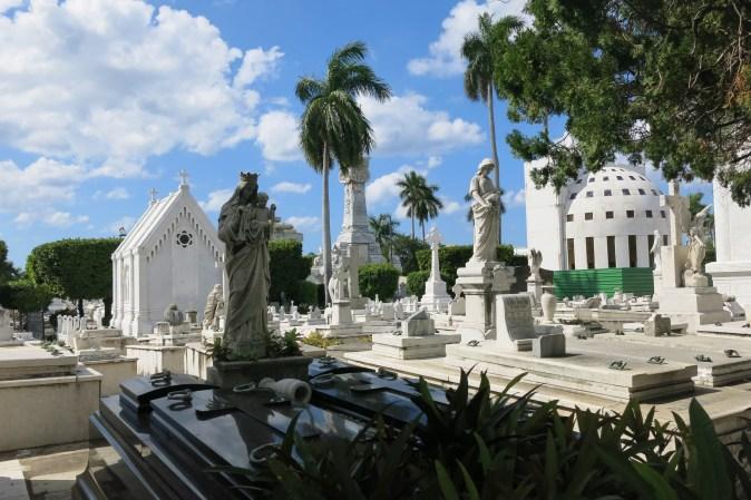 vita gravstenar på kyrkogården