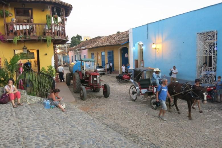 traktor och häst och vagn i centrala Trinidad