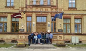 Vor der lettischen Schule
