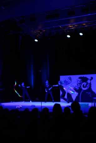 05 beim Tanz schwingen die drei Mädchen die Bänder